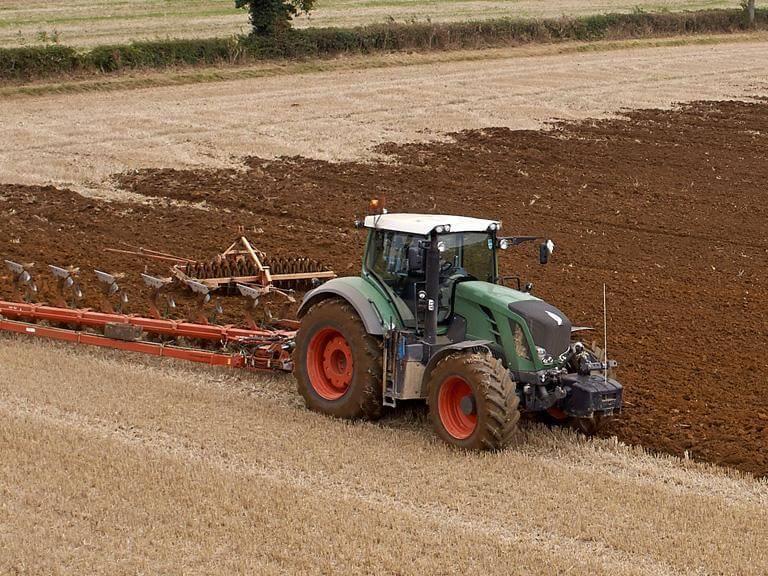 Traktor orze pole