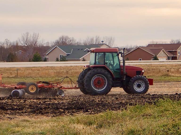 Czerwony traktor napolu