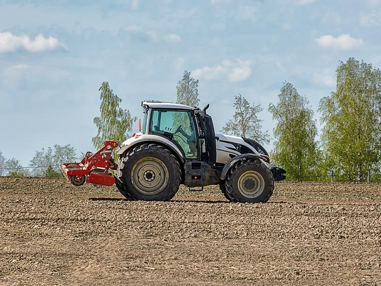 Jasny traktor napolu
